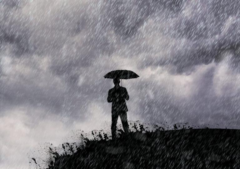 Man standing with umbrella in the rain blog psicología - ad1ef84451f52653426576d9953cf207 adversidad e1552586384360 768 c 90 - Blog psicología